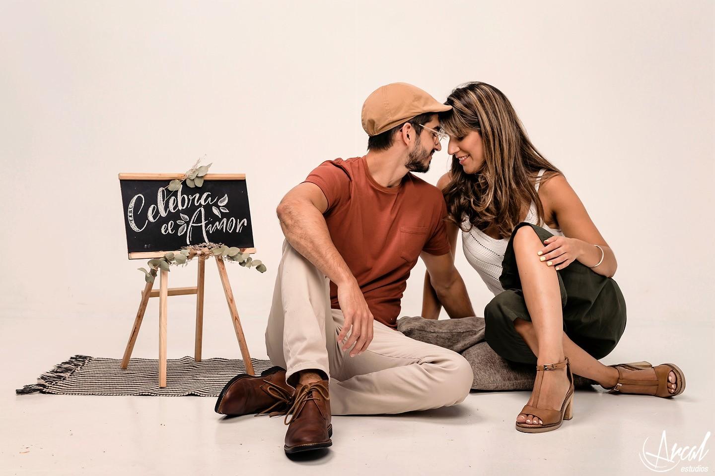 009-carla-y-guillermo-fotografia-de-pareja-en-estudio-novios-en-estudio-con-fondo-amarillo-fondo-infinito-gris-y-blanco-128138