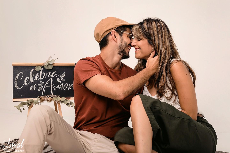 010-carla-y-guillermo-fotografia-de-pareja-en-estudio-novios-en-estudio-con-fondo-amarillo-fondo-infinito-gris-y-blanco-a-128138