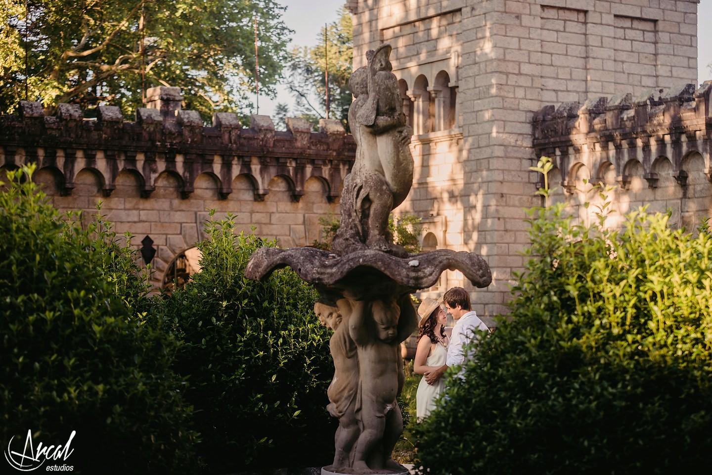 052-julieta-y-agusti-n-fotos-de-preboda-en-el-castillo-de-wilkings-tanti-cascada-ri-o-vestido-rojo-126404