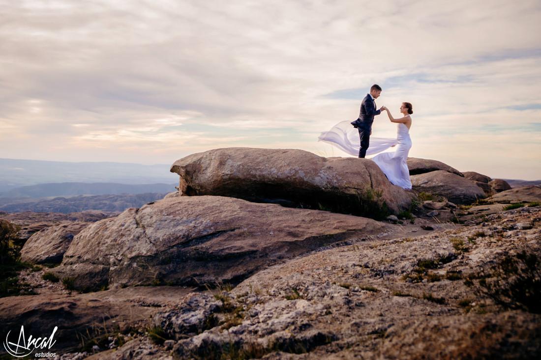 08-melina-y-mauricio-post-boda-en-las-altas-cumbres-el-atardecer-camino-a-mina-clavero-fotografi-a-de-bodas-arcal-estudios-carlos-paz-48294
