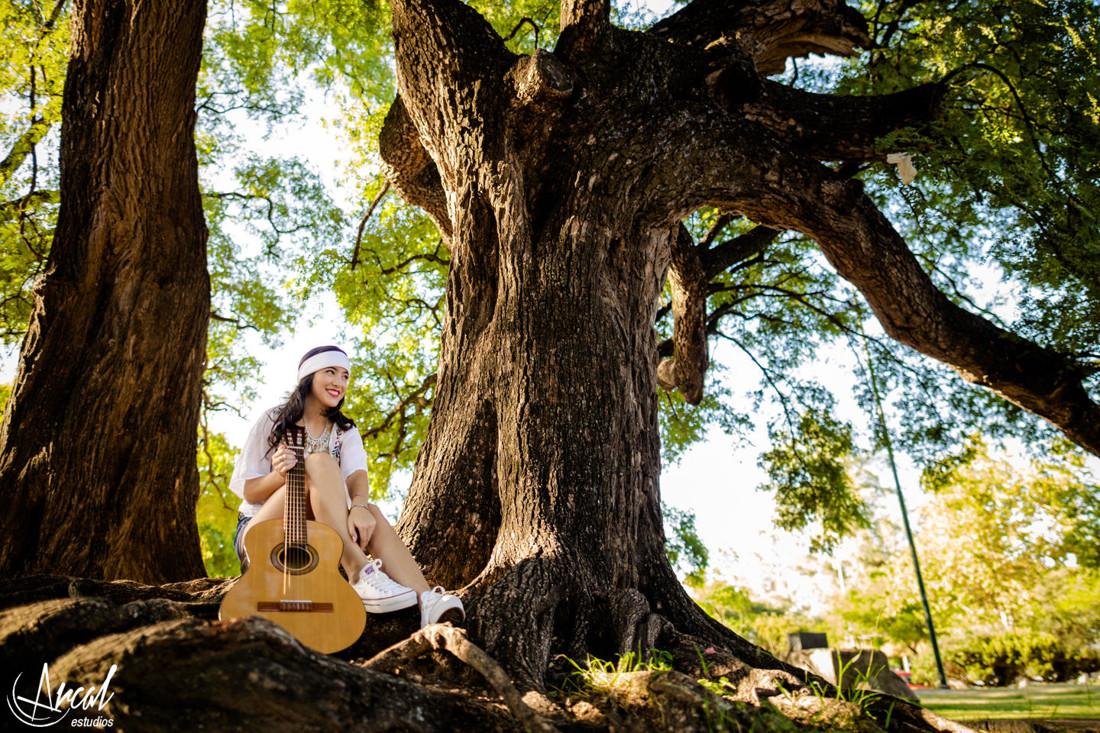 023-melina-godoy-book-de-15-fotografos-de-cordoba-parque-sarmiento-quincean-era-hippie-chic-guitarra-44577