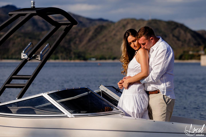 004-emilia-y-josue-pre-boda-en-lancha-lago-san-roque-puente-jose-manuel-de-la-sota-vestido-de-novia-blanco-82918